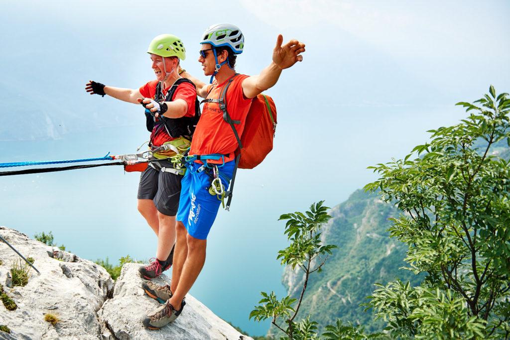 Anja und Matteo testen vor grandioser Kulisse am Gardasee, ob das Klettersteigset hält