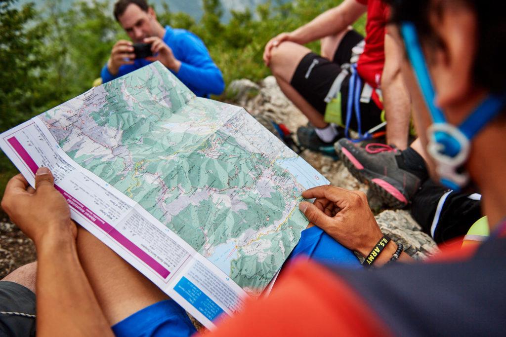 Matteo zeigt uns die zwei Möglichkeiten des weiteren Routenverlaufs