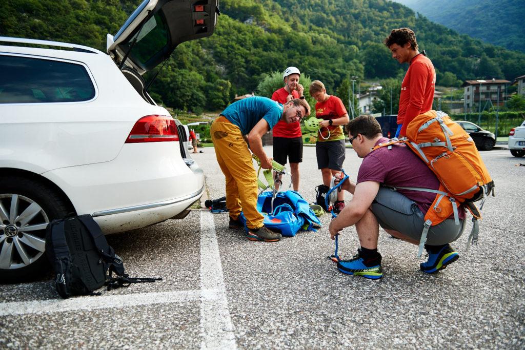 Gearing up –Wolle gibt das Klettersteig-Equipment für den heutigen Tag aus