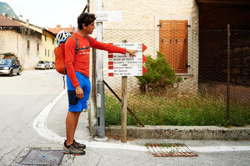 Matteo zeigt am Wegweiser noch das heutige Ziel und erklärt wie man die Zahlen liest