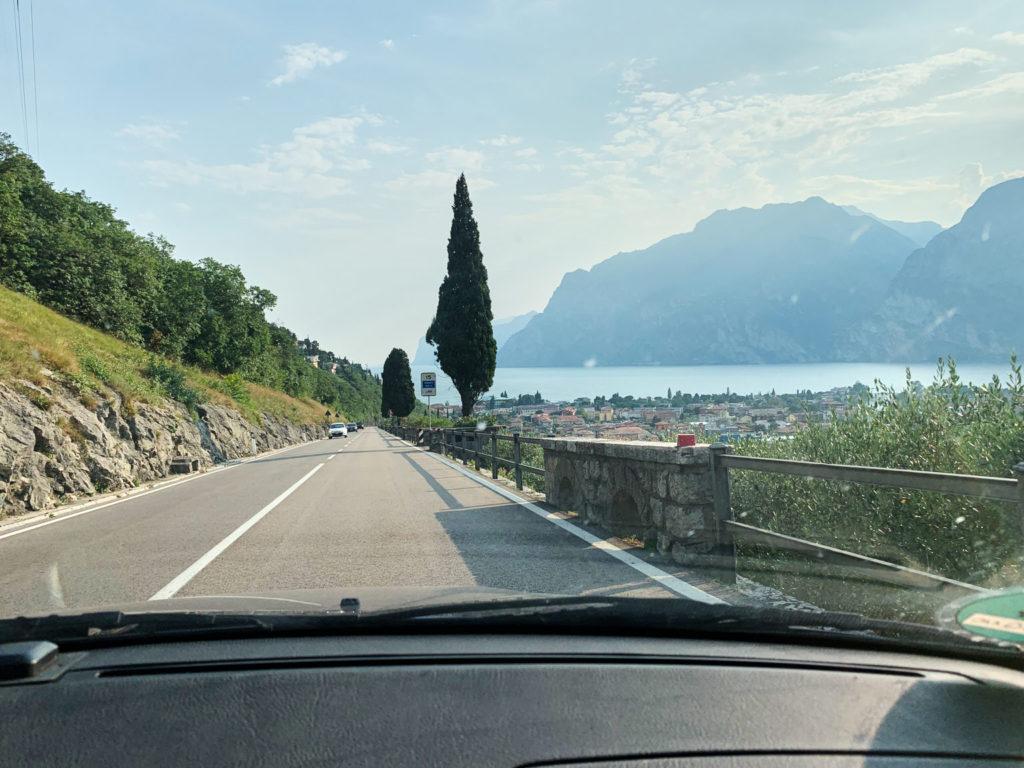 Autofahrt von Nago abwärts nach Torbole mit Blick auf den Gardasee